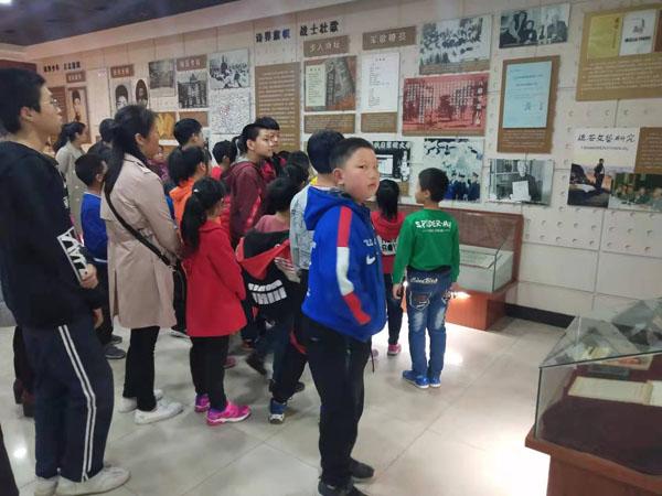 组织小读者参观纪念馆